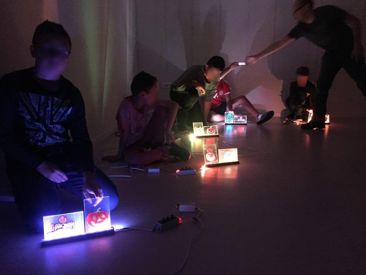 Les ateliers de fabrication de fluoboards: la médiation lumineuse